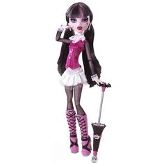 Fiica chic a lui Dracula e gata sa bantuie holurile liceului Monster High in tinuta sa fioros de fabuloasa. Papusa Draculaura arata mortal in tinuta sa, compusa dintr-o rochie mini alba, o camasuta roz si cizmulite asortate.
