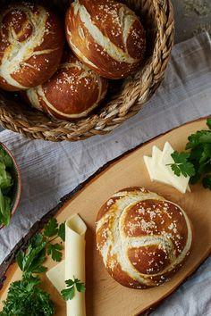 Laugenknoten (Pretzel Knots) - Rezept für frische selbstgebackenen Laugenknoten mit Dinkelmehl | Pretzel Knots with Spelt Flour | carointhekitchen.com | #recipe #laugengebäck #laugenbrötchen #laugenknoten #dinkelmehl #backen #brötchen