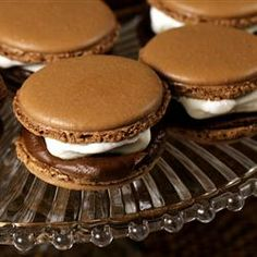Macaroons & s'mores are just irresistible! French Macaroon Recipes, French Macaroons, Macaron Wallpaper, Macarons, Delicious Desserts, Dessert Recipes, Meringue Cookies, Macaron Recipe, Lunch Snacks