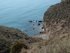 Pequeña cala cerca de Aguamarga en pleno Parque Natural del Cabo de Gata en Almería, uno de los pocos paraísos de playas vírgenes que quedan en el Mediterraneo español.