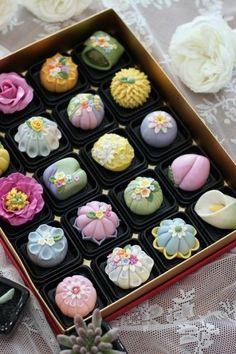 인천에서 오신 김ㄱㅅ님..1월에 동물만주 배우시고 재방문해주셨어요.. 화과자 A(고급)코스 진행했어요.. ... Beaux Desserts, Cute Desserts, Dessert Recipes, Japanese Wagashi, Japanese Sweets, Thai Dessert, Wagashi Japonais, Dessert Kawaii, Wagashi Recipe