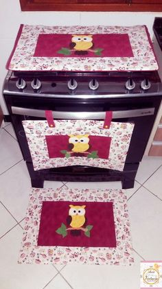 Sua cozinha vai ficar um arraso com esse lindo kit para decorar seu fogão.  Composto por duas peças, sendo elas, a capa para o vidro do fogão e uma panô para o forno.  Produtos confeccionados em tecido 100% algodão. estruturados, quiltados forrados.    Medidas da capa do fogão: 73x44 cm  Medidas ... Cute Sewing Projects, Sewing Crafts, Appliance Covers, Place Mats Quilted, Felted Wool Crafts, Glitter Slime, Diy Organization, Paint Designs, Craft Gifts