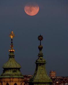 El fenómeno de superluna vista en la Iglesia de San Nicolás en Praga, República Checa, 10 de Agosto del 2014.