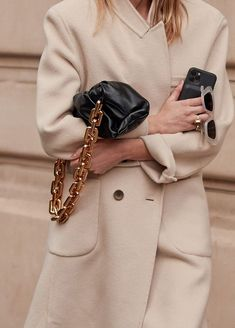 style Chic classique - 6 Items the Fashion Crowd Have All Been Wearing in Paris This Week Casual Street Style, Street Style Looks, Street Chic, Street Wear, Paris Street, Casual Chic, Classic Trench Coat, Milan Fashion Weeks, London Fashion