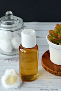 How to make the Best DIY Tea Tree Oil Face Toner. This DIY Face Toner for face is easy to make and frugal. Tea Tree Oil for acne is great for all skin types including oily skin and acne prone skin. Best Tea Tree Oil, Tea Tree Oil Uses, Tea Tree Oil For Acne, Face Scrub Homemade, Homemade Facials, Toner For Face, Facial Toner, Face Facial, Oils For Dandruff