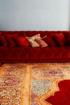 great that luscious red couch the carpet! design and decoration interior design Living Tv, Living Room Red, Home And Living, Living Room Decor, Living Spaces, Bedroom Decor, Estilo Hollywood Regency, Red Velvet Sofa, Deco Baroque