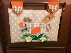 30 Estupendas ideas para decorar la puerta del horno - Dale Detalles Small Quilt Projects, Quilting Projects, Sewing Projects, Diy Projects, Fabric Cards, Types Of Embroidery, Country Crafts, Sewing Table, Patch Quilt