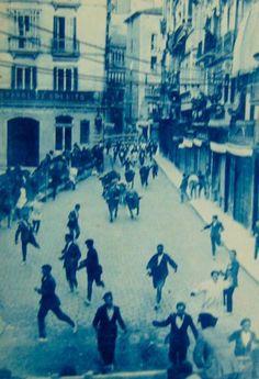 Fotos antiguas de los encierros de San Fermín - Los toros por la calle Mercaderes #Pamplona #Sanfermines