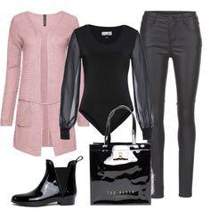 Un cardigan lungo rosa antico, un body nero con maniche lunghe in chiffon, un paio di pantaloni cinque tasche in ecopelle, un paio di stivaletti bassi lucidi come la borsa con logo e fiocco.