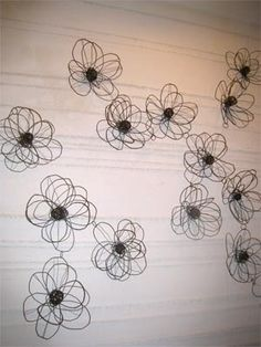 flores de alambre de kim - Make with clothes hangers? wire flowers by kim Wire Coat Hangers, Metal Hangers, Clothes Hangers, Wire Hanger Crafts, Wire Crafts, Sculptures Sur Fil, Wire Sculptures, Art Fil, Wire Flowers