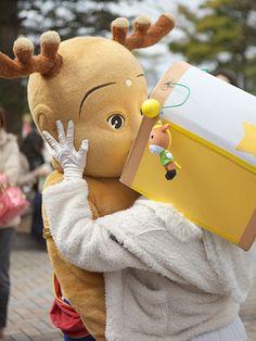 せんとくん、唇奪われた?-段ボール頭のキャラ「やなな」が強引にキス(写真ニュース) - 奈良経済新聞