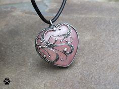 Velké srdce růženínové Velké srdce růženínové Autorský šperk vyrobený z cínu, drátu a růženínu ve tvaru srdíčka. Rozměry přívěsku 4x4,1cm (+ouško). Šperk jepatinován, broušen, leštěn a ošetřen antioxidačním olejem. Zavěšeno na černé kulaté kůži. Růženín Vlastnosti: energie receptivní, planeta Venuše, náleží elementu vody. Je symbolem lásky, ...