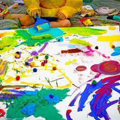 Peinturer sur une grande toile à l'extérieur avec des amis ! Ajouter plumes, paillettes, matériaux trouvé dans la nature, gouche, acrylique, etc.