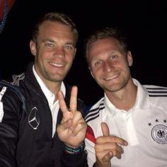 Peace! Benedikt Höwedes und Manuel Neuer bei einem nächtlichen Selfie