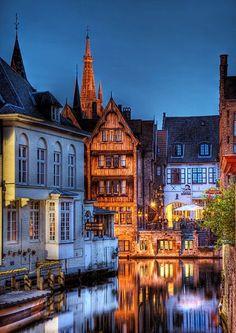 """Bruges cidade belga, capital da província de Flandres Ocidental, na região de Flandres.   Bruges é chamada de """"Veneza do Norte"""", por causa de seus inúmeros canais que a cercam ou a atravessam, mas também a ligam principalmente com a cidade de Gante."""
