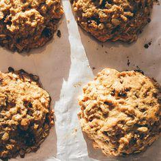 Découvrez une recette de biscuits à l'avoine sans lait, sans beurre, sans œufs et sans noix, mais savoureux et moelleux.