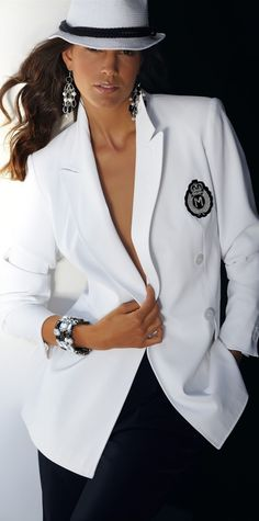 Madeleine street-chic white Just the blazer. no hat. Casual Chique, Casual Elegance, Fashion Mode, Womens Fashion, Fashion Trends, Street Fashion, Smoking Noir, Black White Fashion, Black And White