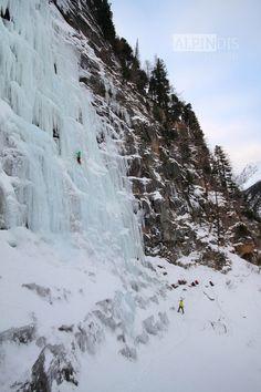Die kalten Temperaturen der letzten Woche tat den Eisfällen gut! Im Felbertal, genauer gesagt in der Nähe des Nordportals des Felbertauerntunnels weisen die Wasserfälle, wie z.B. Ammertalerfall und Nordportalfall eine sehr gute Eisqualität auf. Bei Temperaturen um den Gefrierpunkt genossen wir heute die Kletterei auf diesen eindrucksvollen Wasserfall.  Jetzt wäre die perfekte Zeit für Eisklettern! http://www.alpindis.at/winter/eisklettern