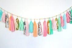Tiras de papel anudadas en grupo y colocadas como guirnaldas. Decoración de Boda Sencilla y Colorida con Papel. Imagen: Confetti System