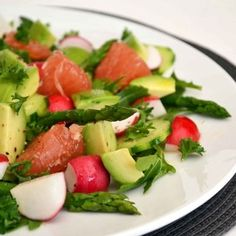 Salade d'asperges, radis et avocat au pamplemousse rose, vinaigrette à l'orange : 70 recettes de salades - Journal des Femmes