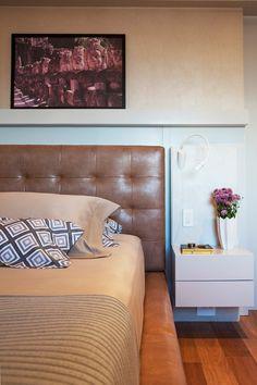 O quarto do casal tem cama Urban, da Stock Brazil, em Jundiaí. Cabeceira estofada com couro ecológico fornecido pela loja.  (Foto: Célia Mari Weiss/Divulgação)
