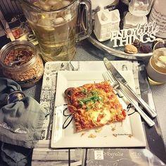 Pizza and ice tea o'clock 🍕😛🏡 Have a relaxing evening!  Ihana sunnuntai ✨Rentouttavaa iltaa kaikille! 🍕😛🏡 #pizza #icetea #peasprouts #rivieramaisondetails #loverivieramaison #rivieramaison #rmhome #enjoylittlethings #familytime #lime #villeroyboch #potterybarn #monogrammed #lovemypotterybarn #sunday #nannankeittiössä #nannantyyliin #perheenkesken #laatuaikaa #paristray