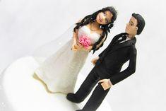 """Topo de Bolo de Casamento !  Podendo alterar a cor dos olhos, cabelos, pele e a cor do buquê. O bolo cenográfico """"FAKE"""" não está incluso no preço acima citado. Caso queira o bolo, entre em contato com o vendedor.  Uma festa de casamento é marcada pelos detalhes. E um dos itens que dão um charme especial à comemoração é o topo de bolo. Os """"noivinhos"""" representam parte da história que está sendo construída a partir do casamento."""