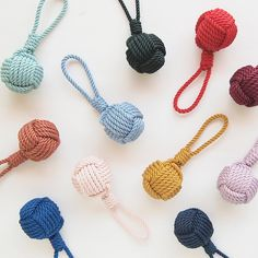 color knot key ring charm bag charm hanging in multiple colors - TINYWOODY . Handmade vintage color knot key ring charm bag charm hanging in multiple colors - TINYWOODY - Charms Monkey Fist Keychain, Monkey Fist Knot, Rope Knots, Macrame Knots, Diy Keyring, Nautical Knots, Rope Crafts, Easy Crafts, Macrame Projects