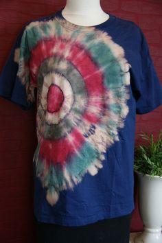 Tolles Shirt in Trash Batik. Die hellen Stellen sind entfärbt und werden wieder mit Farbe versehen (Batik). Alle Shirt`s werden von mir persönlich bearbeitet.