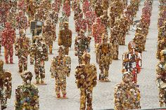 HA SCHULT Schult is known for creating massive installations of people constructed from trash in major locations around the world. Non-Trashy Recycled and Trash Art Alpha Art, Fashion Installation, Instalation Art, Sculpture Lessons, Recycled Art Projects, Trash Art, Textile Sculpture, Art Web, Plastic Art