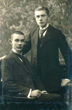 1910-1919 Men's Trend: 1910s pair. Their collars! And the cravat/tie hybrid.