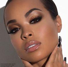 Maquiagem maravilhosa para peles negras, que realça a cor da pele com o tom brilhante nas pálpebras. A idéia é deixar o foco para a maquiagem carregada nos olhos e arrematar com um gloss incolor que dá volume aos lábios.