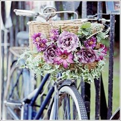 Bicycle Decor, Bicycle Basket, Bicycle Art, Bike Baskets, Love Flowers, Beautiful Flowers, Purple Flowers, Bike Planter, Arte Floral