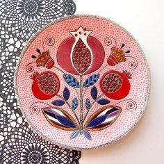 """Новая тарелка """"Гранаты"""" диаметр 23см.Получмлась очень тонкой и легкой.На обороте кружева.Желающих заиметь пишите на почту или в директ. #ceramics #Керамика #тарелки #продаётся #продажа"""