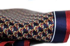 Ultra doux, épais et luxueuse, ce sublime foulard carré en soie est idéal pour être porté avec une