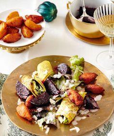 Mit Salat gefüllte Pfannkuchen, sanfte Rote Bete, Knusperkrapfen und Meerrettichschärfe - Gegensätze elegant vereint.