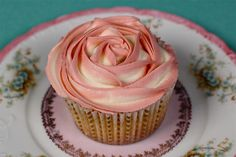 two tone buttercream rose cupcakes - The most beautiful cupcake I've ever seen!