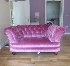 Chesterfield Snuggler Sofa Modell Elizabeth Samt Pink. www.kippax-sofas.de/elizabeth.htm