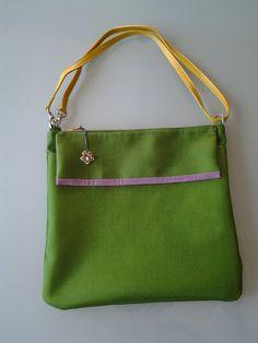 borsa in tessuto impermeabile con manico a tracolla in pelle http://elbichofeo.blogspot.com
