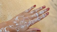 cool henna kind of aroosa how to white henna s body paint Henna Hand Designs, Wedding Henna Designs, Henna Tattoo Designs, Mehndi Designs, White Henna Tattoo, Henna Tattoo Kit, Red Henna, Cool Henna, Henna Tutorial