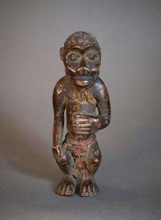 Nu in de #Catawiki veilingen: Charming African Tribal FANG BULU or BOULOU Ngi Monkey Figure. Cameroun.