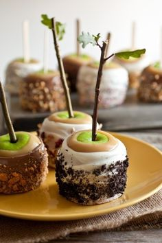 The most adorable caramel apples ever! Perfect for a fall affair. #weddings #desserts