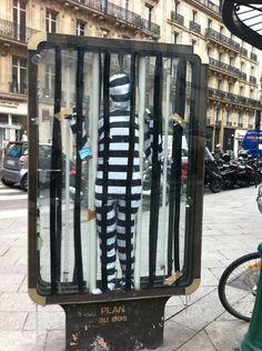 Prisonnier de la pub. Vu au croisement de la rue Montorgueil et de la rue Etienne Marcel à Paris.