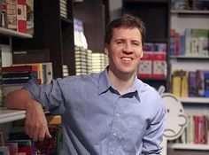 """2) De auteur van het boek: """"Het leven van een loser zwaar de klos"""" heet Jeff Kinney. Deze schrijver heeft een boekenserie van 10 boeken geschreven van Het leven van een loser. De schrijver is in Fort Washington geboren op 19 februari 1971. Jeff Kinney is programmeur van computerspellen, striptekenaar, producer en schrijver van kinderboeken."""