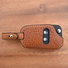 """좋아요 38개, 댓글 3개 - Instagram의 CLACHIC Leather LAB. toshilow(@toshilow_jy)님: """"#leathercraft #handmade #bespoke #saddlestitch #keycase #smartkey #minervabox #alran #chevorlet…"""" Leather Key Holder, Leather Keychain, Leather Cover, Leather Bag, Mens Keychains, Car Key Holder, Leather Wallet Pattern, Key Bag, Leather Workshop"""
