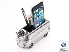 Bulli goes Smartphone! Die Legende lebt und fährt als glänzend verchromtes Tischfahrzeug auf Ihrem Schreibtisch vor. Mit dem kräftigen Rückziehmotor macht der Bulli T1 ein längst vergessenes Fahr- und Lebensgefühl wieder lebendig. Seine...