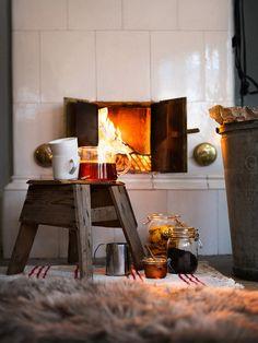 Pot thee met schaapsvacht voor open haard