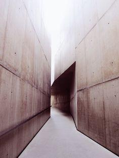 Concrete vs Concrete - Museu do Côa May, 2011 Space Architecture, Contemporary Architecture, Architecture Details, Jewish Museum Berlin, Concrete Art, Concrete Walls, Brick And Mortar, Brutalist, Cladding