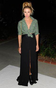 Look de Gillian Zinser maxi saia + camisa com nó.