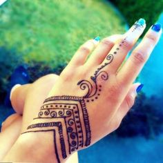 The art of henna (called mehndi in Hindi & Urdu) has been practiced for over Origin of years in Pakistan, India, Africa and the Middle East. There is some documentation that it is over 9000 years old. Because henna has natural cooling properti Henna Tattoo Hand, Henna Body Art, Henna Mehndi, Hand Tattoos, Mehendi, Tattoo Art, Tattoo Quotes, Samoan Tattoo, Mandala Tattoo